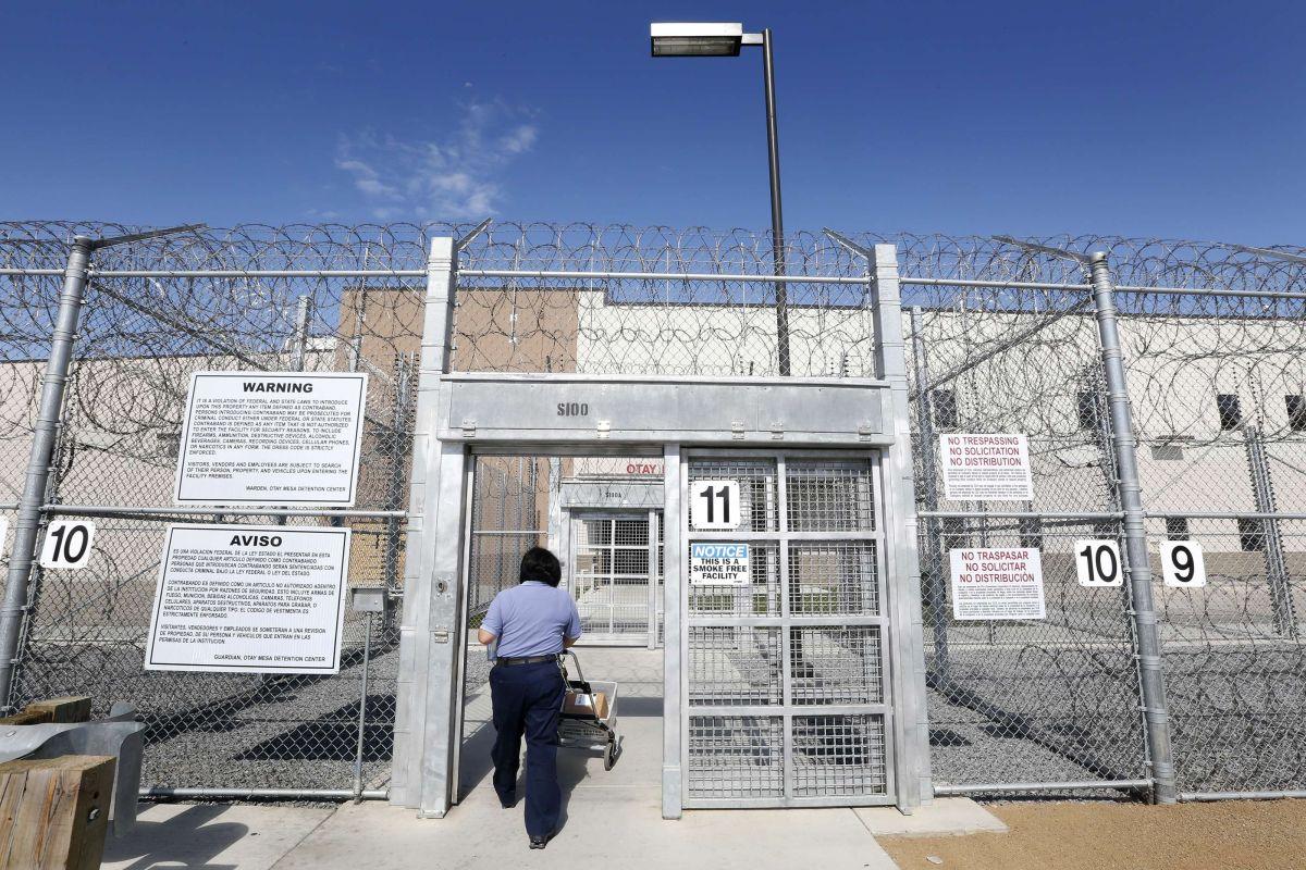Denuncian maltratos en centro de detención de ICE en Costa Mesa