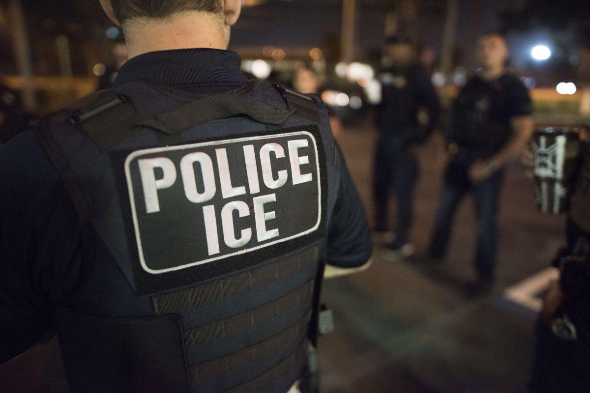ICE arma redada en edificio de viviendas y detiene a 8 inmigrantes