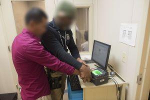 Inmigrante comete falta con su visa F-1 de estudiante, ICE lo arresta y lo deporta