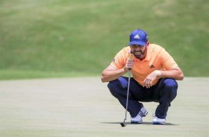 VIDEO: Golfista causa repudio por insultar a un niño que lo animaba