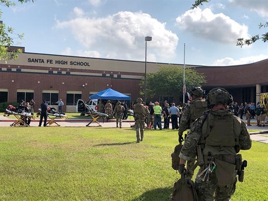 Estudiante deja al menos 10 muertos en tiroteo en secundaria de Santa Fe, Texas