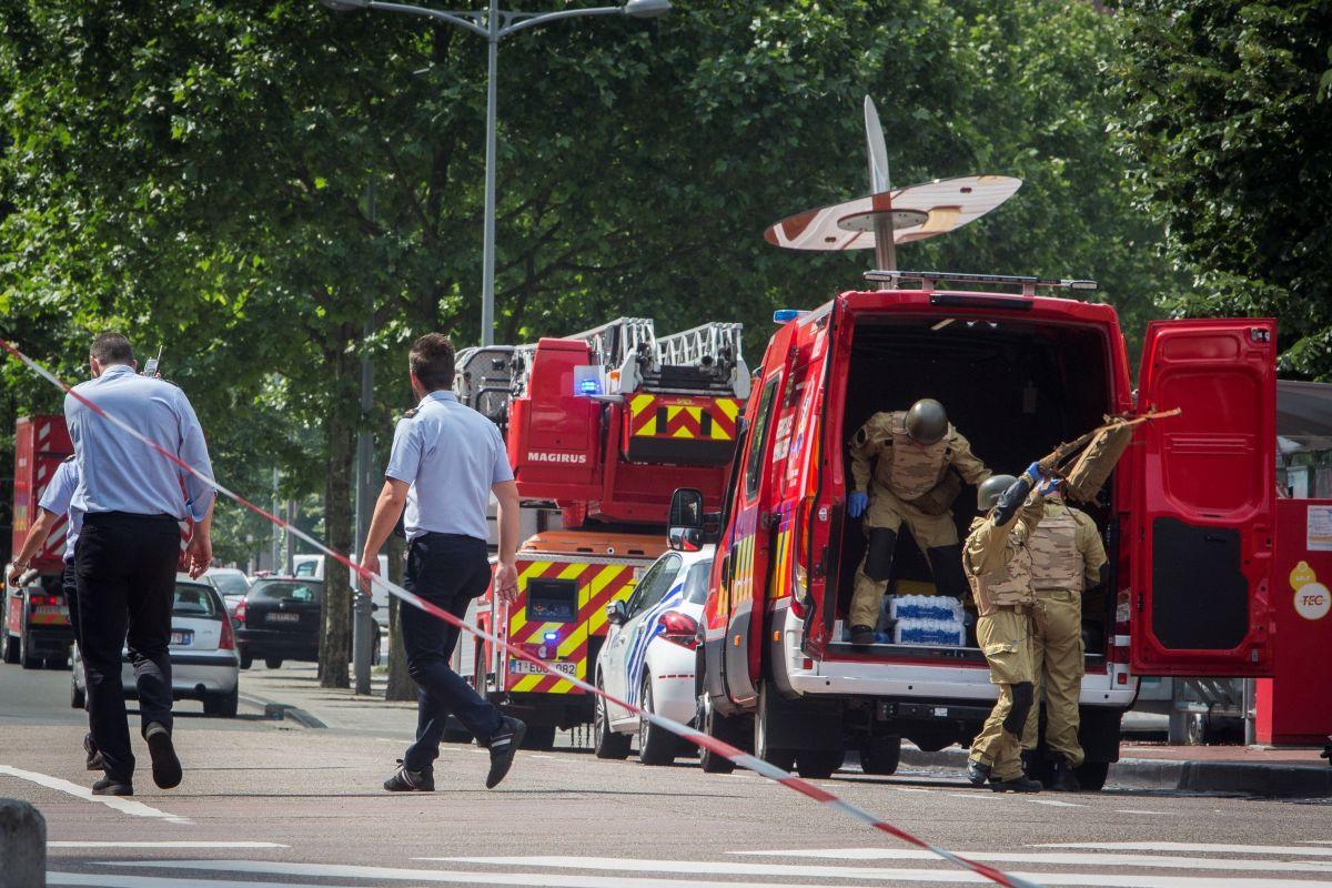 Dos polícias y un civil muertos en ataque terrorista solitario en Bélgica