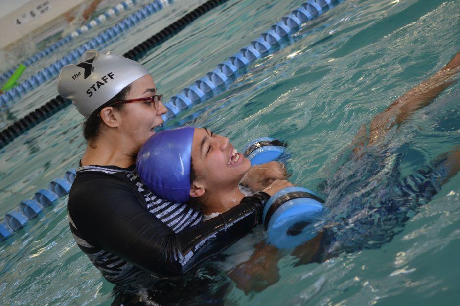 Madre latina de El Bronx enseña a nadar a niños autistas