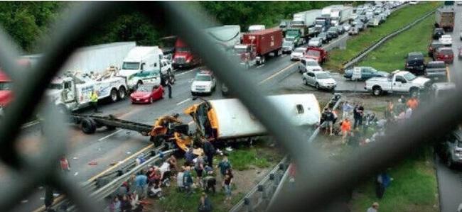 Al menos dos muertos y varios heridos en choque de autobús escolar y camión en NJ