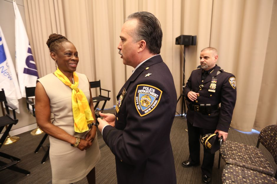 """Esposa del alcalde sueña con un Nueva York """"sin policías"""" y él pide que no la critiquen por decidir recorte de fondos a NYPD"""