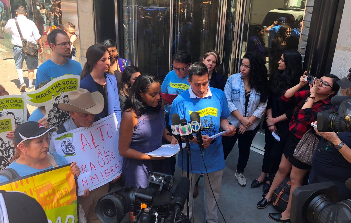 Inmigrantes víctimas y activista de MRNY cuando presentaron la demanda.