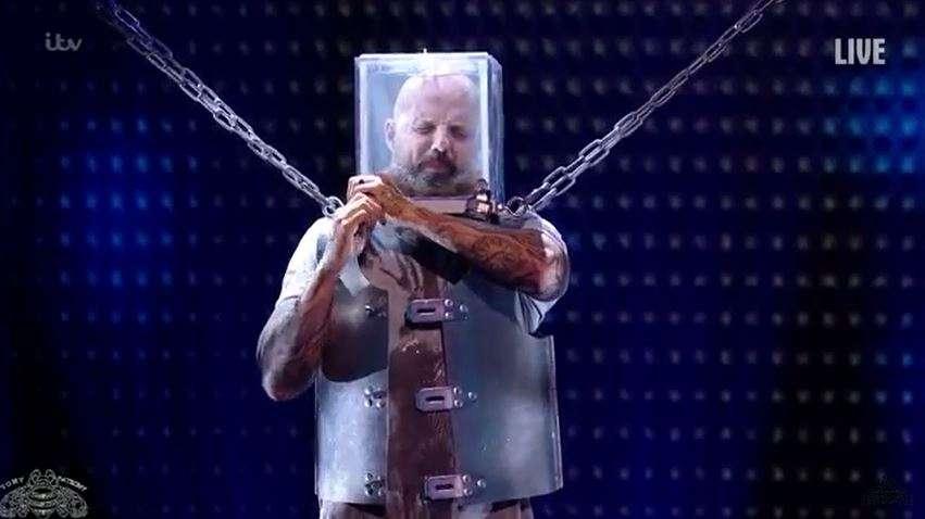 Video: Hombre estuvo a punto de morir en reality show por fallo en truco de escapismo