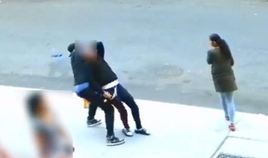 Video: Usan llave de estrangulamiento para robar a joven en Manhattan
