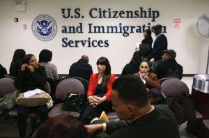 Demandan a USCIS por complicar proceso de visas para trabajadores