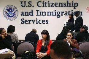 USCIS anuncia suspensión temporal de algunos servicios en línea