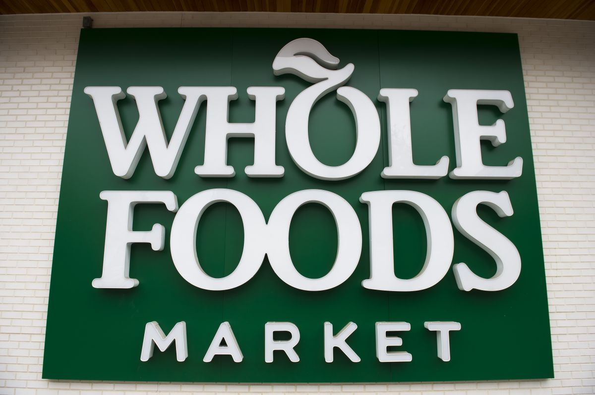 Demandan a Whole Foods por sancionar a empleados que usan mascarillas de BLM