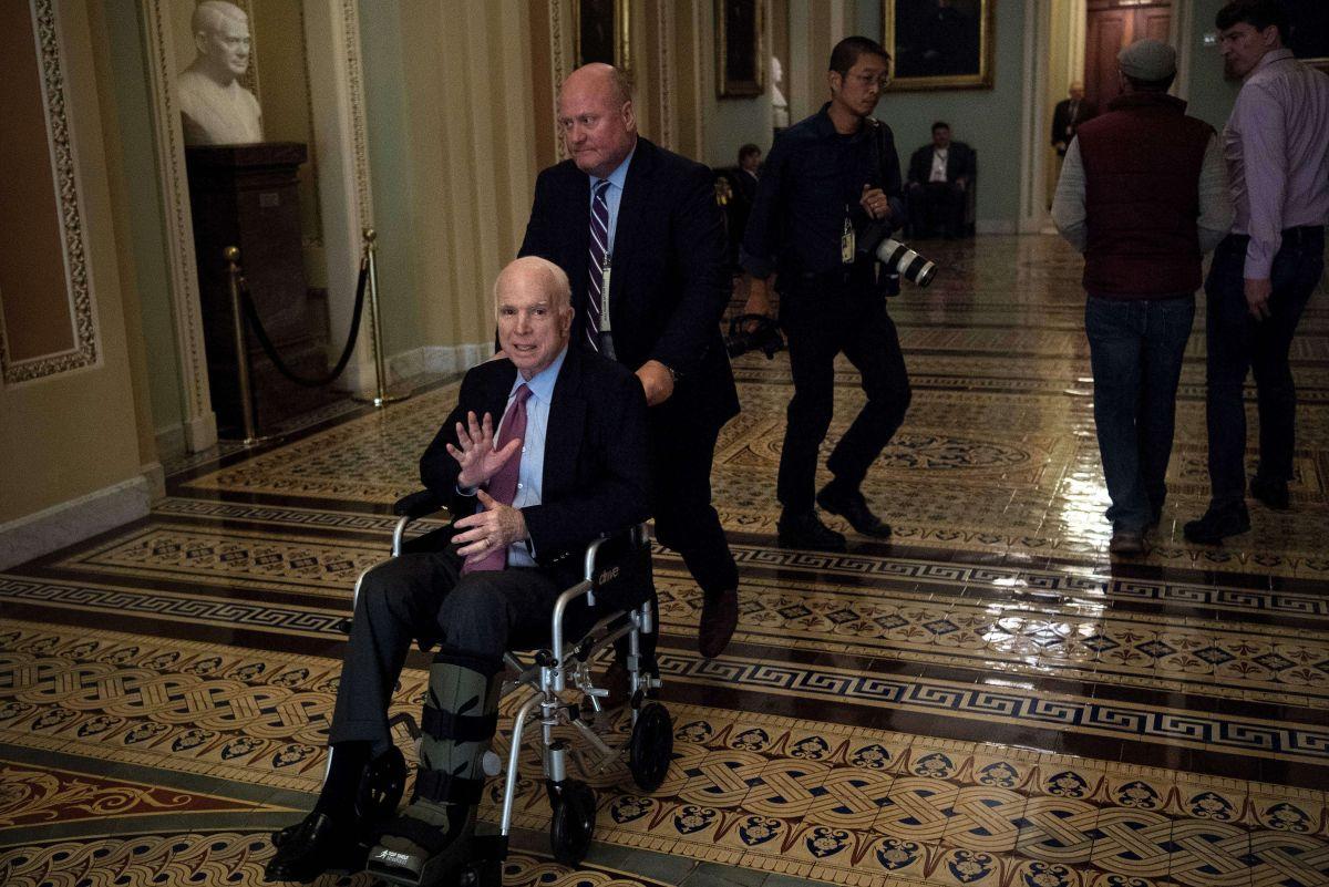 Tras una cirugía, el senador McCain había seguido su labor en el Senado.