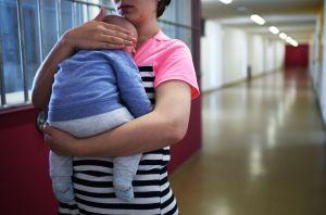 Muere un bebé después de que su madre perdiera el equilibrio por ir en tacones y se le resbalara