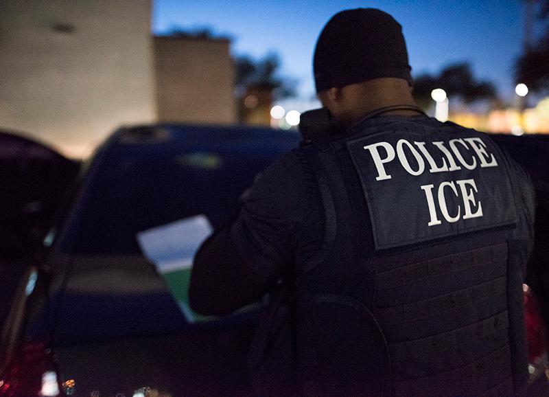 Los 4 delitos que ICE persigue contra inmigrantes capturados en lugares de trabajo