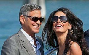 Romántico y delicado: George Clooney a los besos con Amal