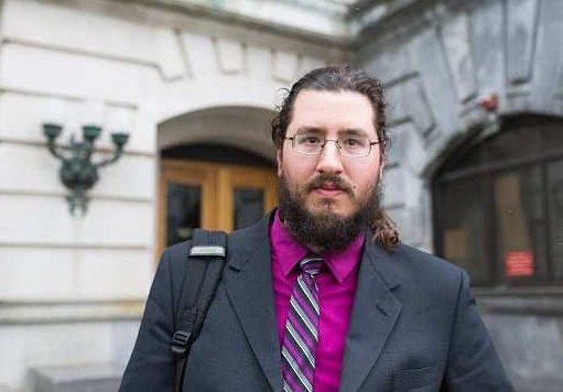 Juez apoya a padres en demanda contra hijo de 30 años que no se ha ido de la casa