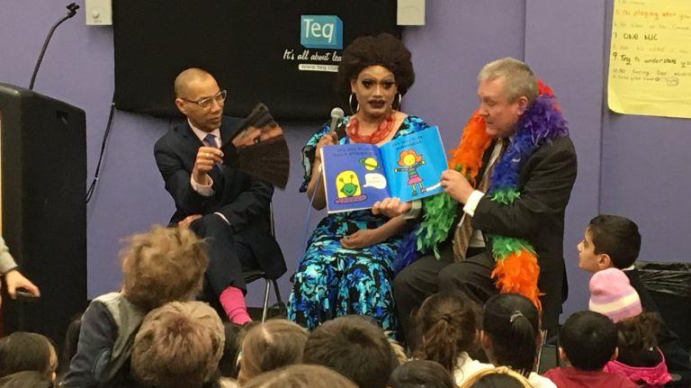 Drag-queens leen cuentos a niños en bibliotecas de NYC