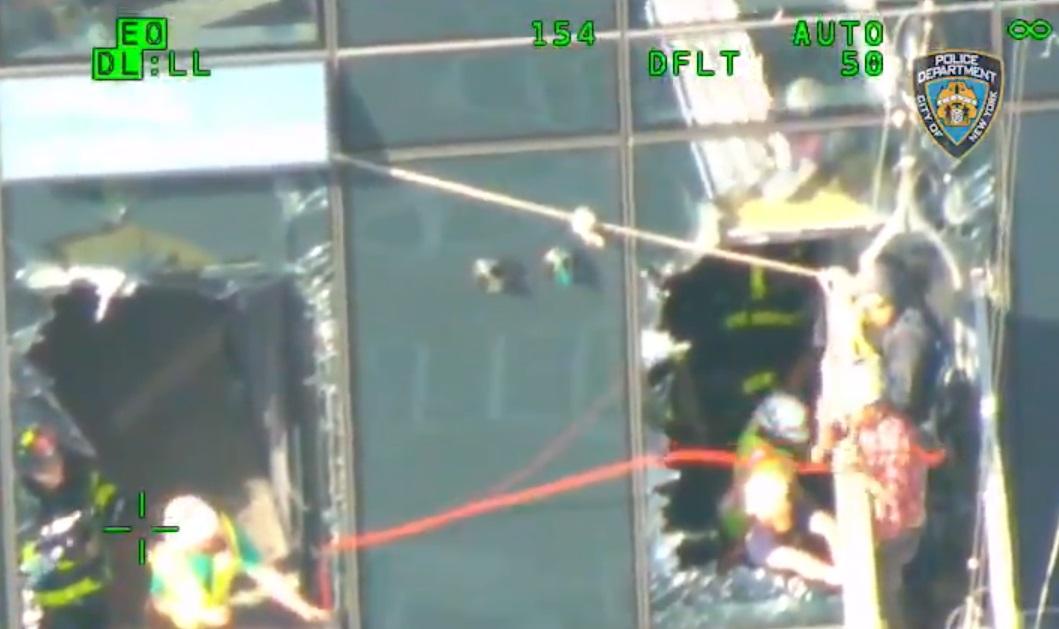 El dramático rescate de limpiadores de vidrios colgados de un piso 45 en Nueva York