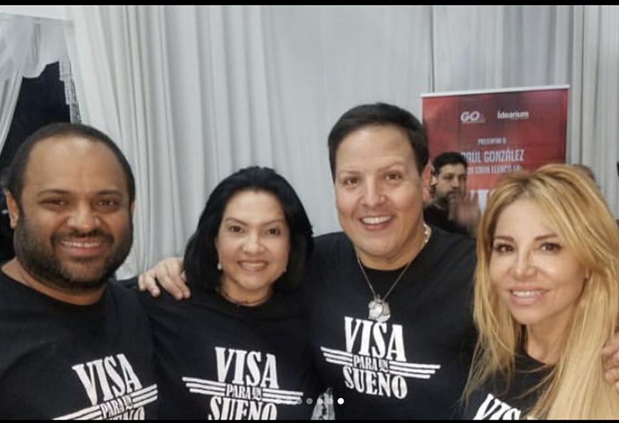 Raúl González junto al director y sus actrices