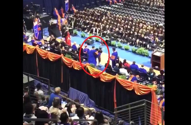 Escándalo racial en Universidad de Florida por echar del escenario a estudiantes