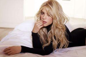 Salen a la luz antiguas fotos de Shakira tomando el sol en tanguita
