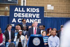 Critican plan del Alcalde para diversificar escuelas secundarias de élite en NYC