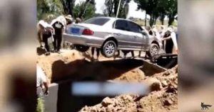 Video: Le cumplen su última voluntad y lo entierran dentro de un automóvil