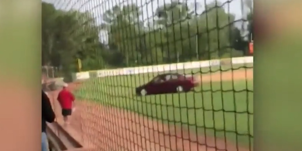 Conductora invade juego de beisbol para vengar homicidio de hace 50 años en NY
