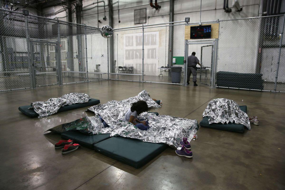 Buscan voluntarios para ayudar a los niños inmigrantes detenidos en la frontera