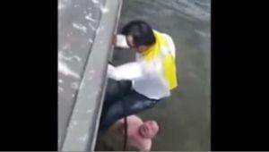 Video: Aficionados colombianos rescatan a ruso de morir ahogado
