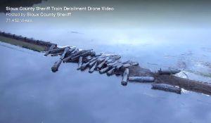 Tren descarrilado derrama 230 mil galones de petróleo en río de Iowa