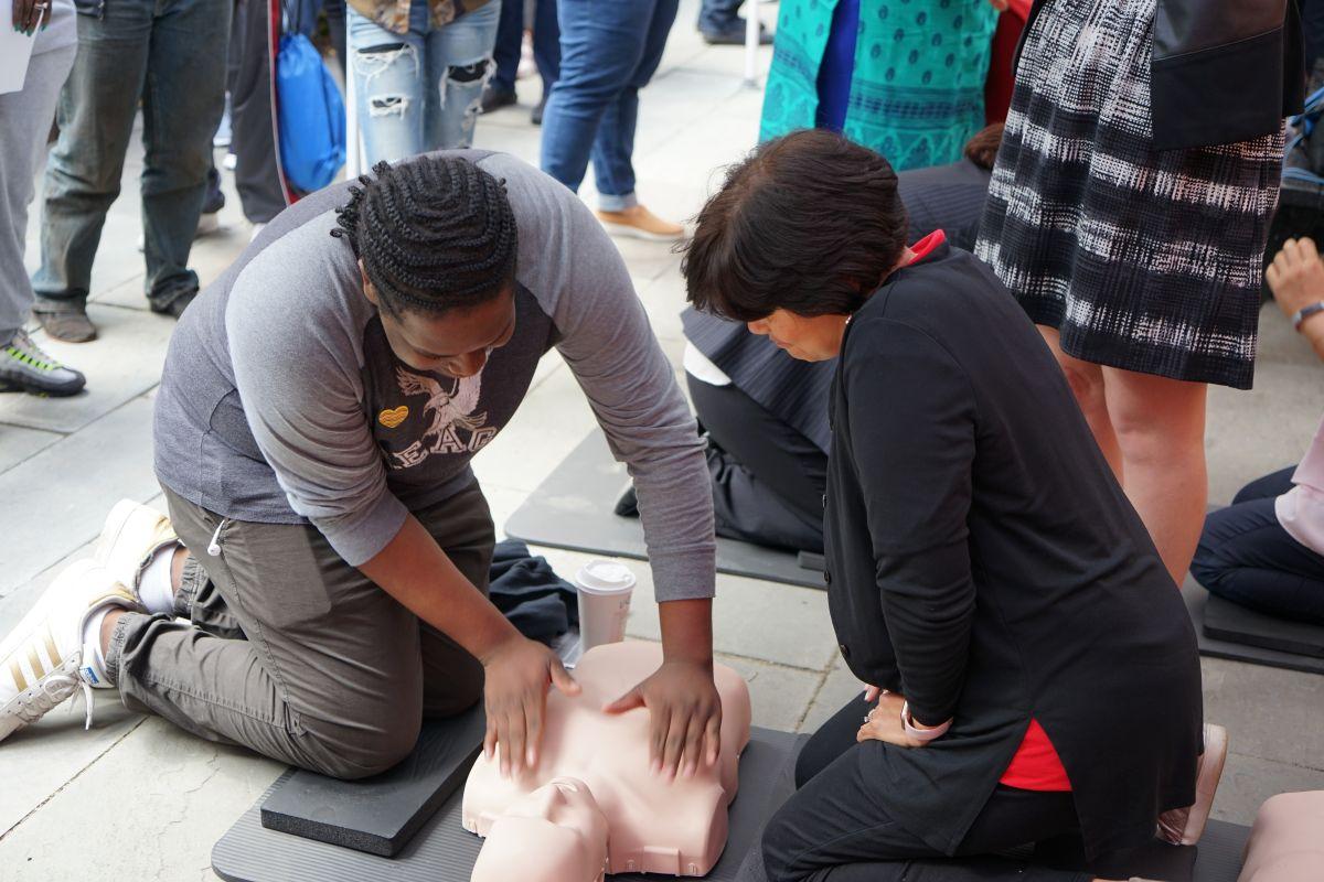 Vecinos de East Harlem aprenden a salvar vidas con sus manos
