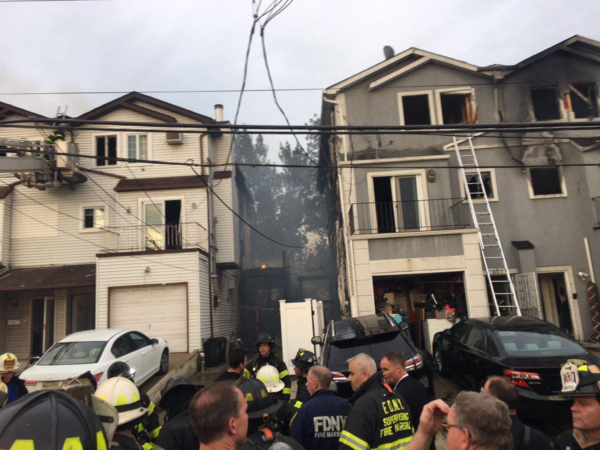 Incendio afectó 4 casas en Staten Island; dejó varios bomberos heridos