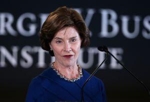 """Laura Bush acusa a Administración Trump de """"cruel"""" por separar a familias de inmigrantes"""