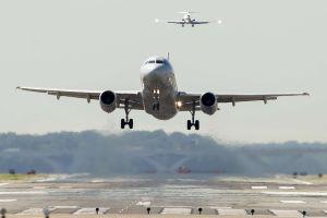 Feto en baño de avión en aeropuerto LaGuardia fue abortado por una adolescente