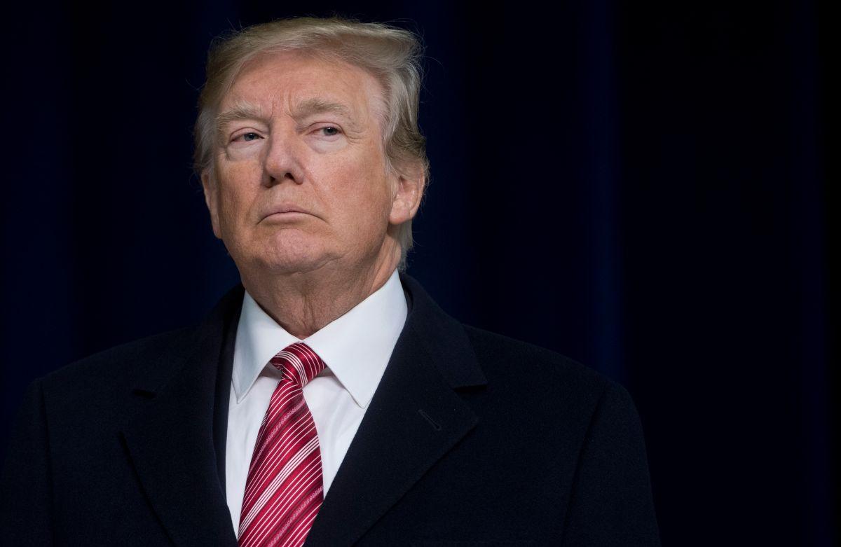 El castigo que Trump quiere aplicar a exfuncionarios de inteligencia que lo critican