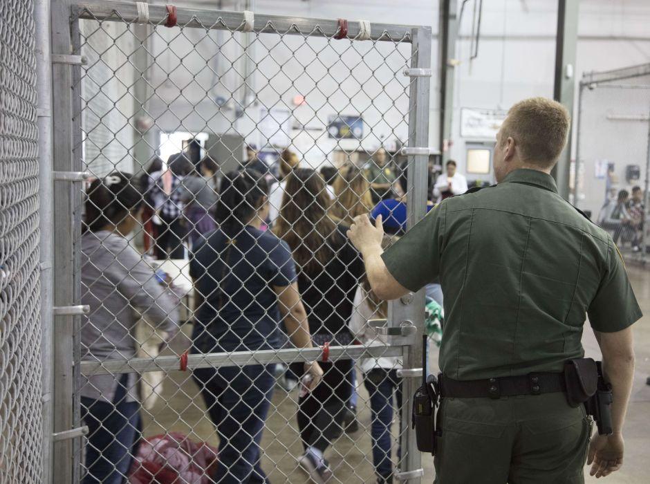 """Cómo son las jaulas donde """"La Migra"""" pone a los menores inmigrantes indocumentados que llegan a Texas"""