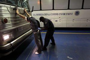 Transfieren cerca de mil indocumentados a prisión federal en California