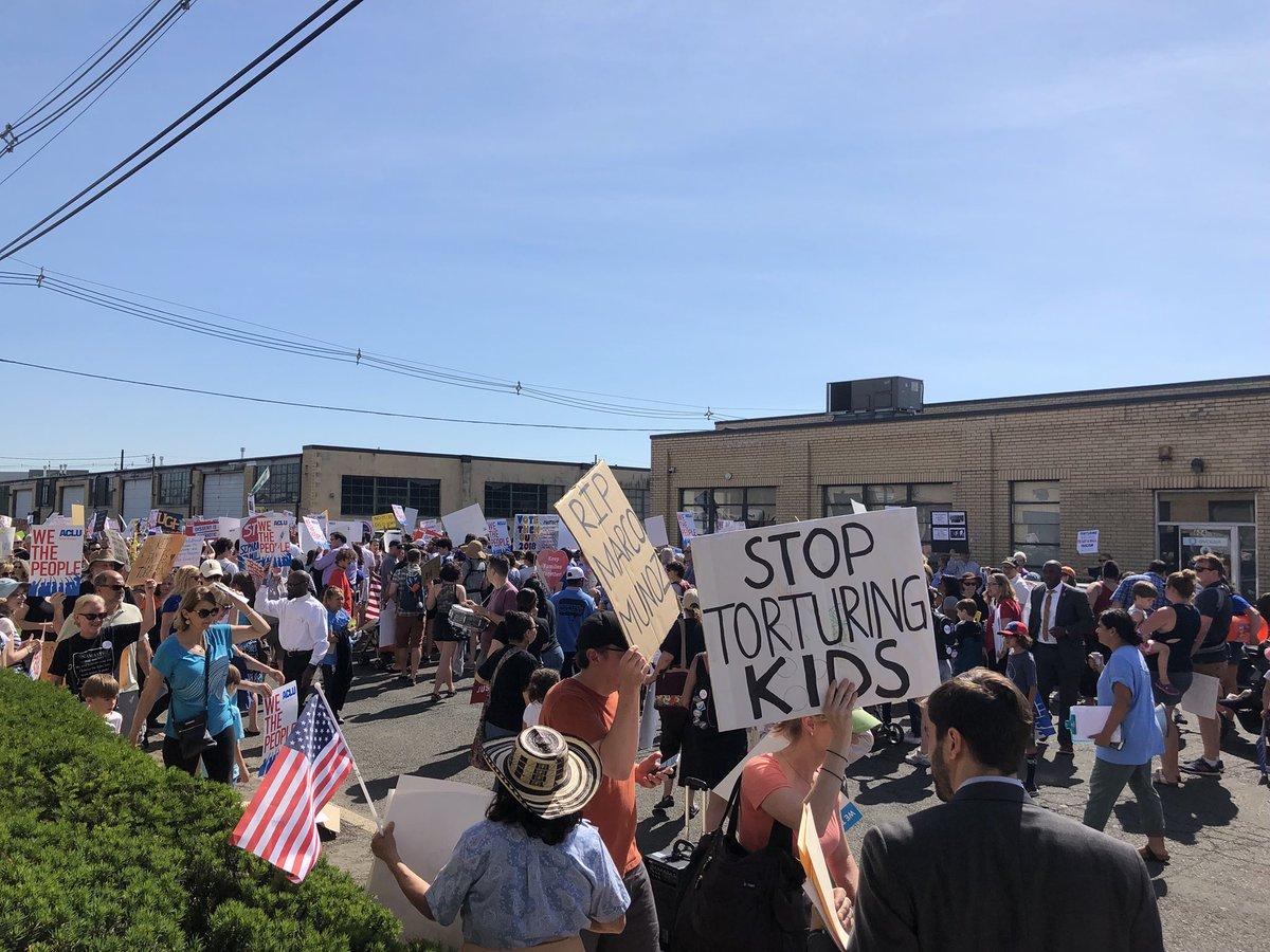 Congresistas protestan en centro de detención de inmigrantes contra la separación de familias