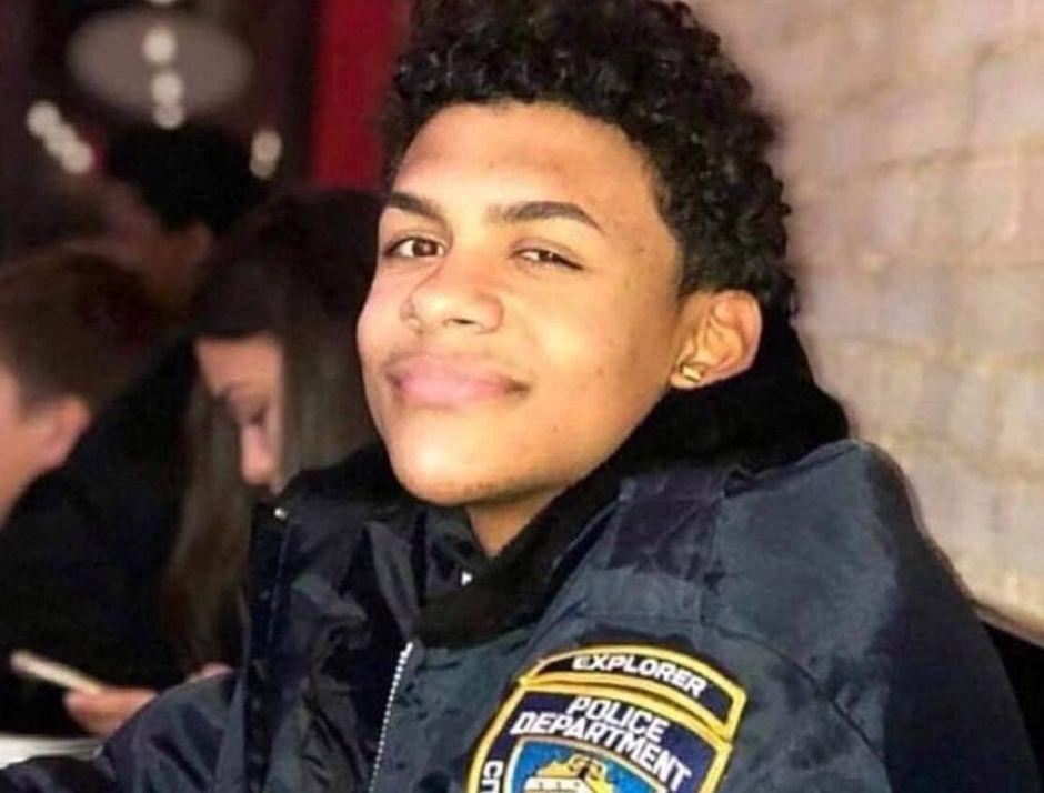 Conmovedora imagen de madre abrazando a joven asesinado en El Bronx