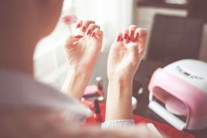 ¿Por qué tarda tanto en secar un esmalte de uñas?