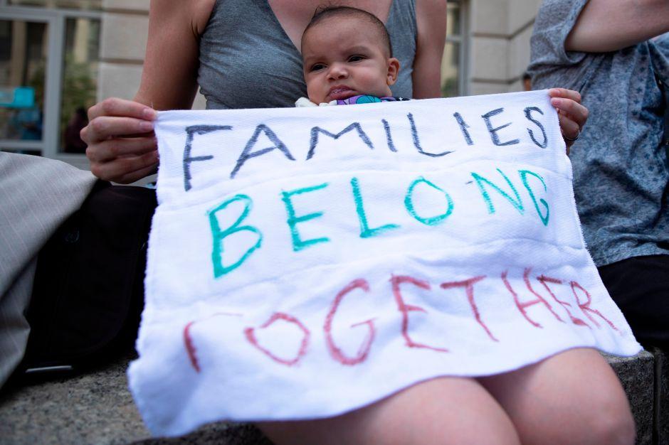 Luchan por reunir niños retenidos en NY con madre arrestada en Washington