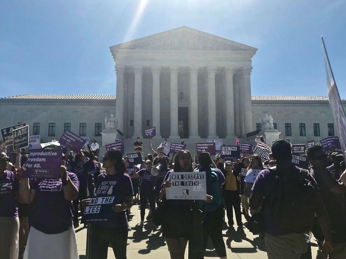 Activistas a favor y en contra del aborto protestan frente al Tribunal Supremo. (Archivo)