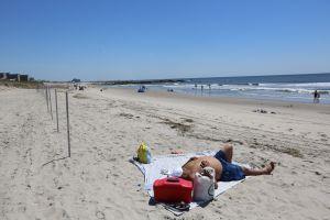 Playas y piscinas de NYC permanecerán abiertas hasta el domingo
