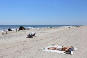 Horrendas sorpresas en playas de Nueva Jersey: cada vez hay más condones y pañales desechados