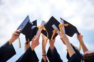 Cómo los graduados universitarios pueden mejorar su crédito, y por qué deberían hacerlo