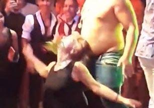 """Maestra renuncia a su puesto en escuela por este video con """"striptease"""""""