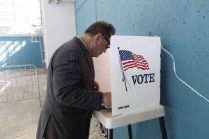Encuesta halla indignación sobre separaciones familiares entre votantes de todas las razas