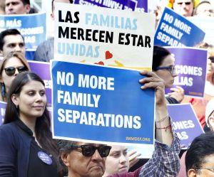 ICE niega que esté obligando a padres a firmar su deportación con o sin sus hijos