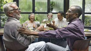 """""""Senior cohousing"""": las ventajas de envejecer rodeado de amigos como alternativa a la fría residencia"""
